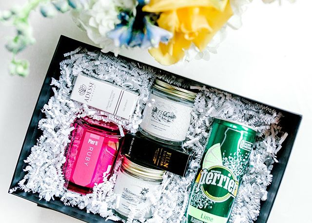 Who doesn't love a thoughtful and fun client appreciation gift? 🤷🏽‍♀️ We definitely do! Client gifts are the perfect way to say THANK YOU!! Let @raisdesign help you put together your next gift! 📷 @jontellvanessa l 💐 @embellished_details  #raisdesigneventplanning #corporategifts #giftbox #clientappreciation