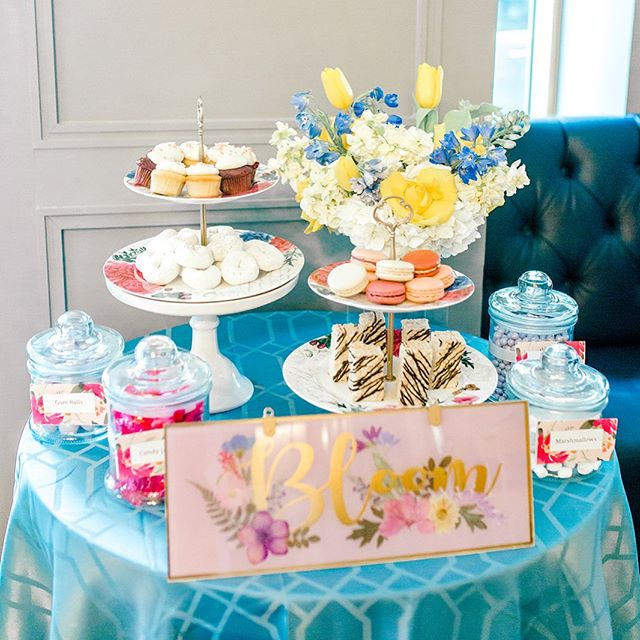Do you see why turquoise is one of my favorite colors?! ☺️ I always look forward to styling tables for clients and couples. Working with talented vendors is also a perk! 📷 @jontellvanessa 🌸 @embellished_details 🧁 @fluffythoughtscakes  #spring #raisdesigneventplanning #opaline #flowers #macarons #ricekrispytreats #donuts #candybuffets