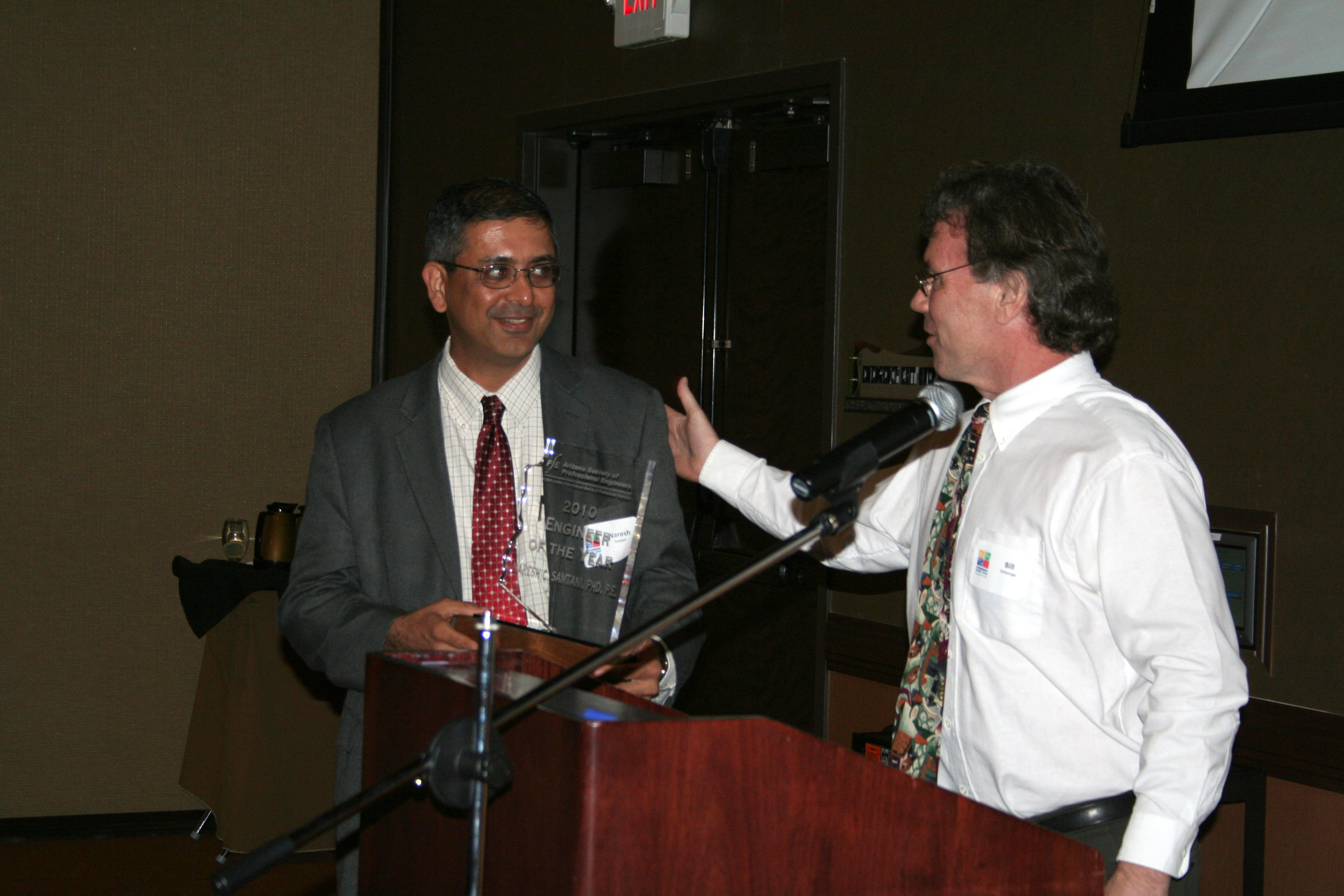 Bill Schlesinger presenting Naresh Samtani with the ASPE Engineer of the Year award