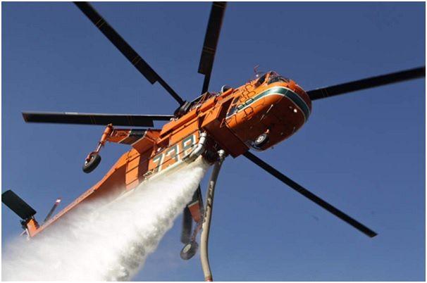 Elvis Skycrane on water bombing mission – Blue Mountains NSW October 2013 (Image via wavefm.com.au)
