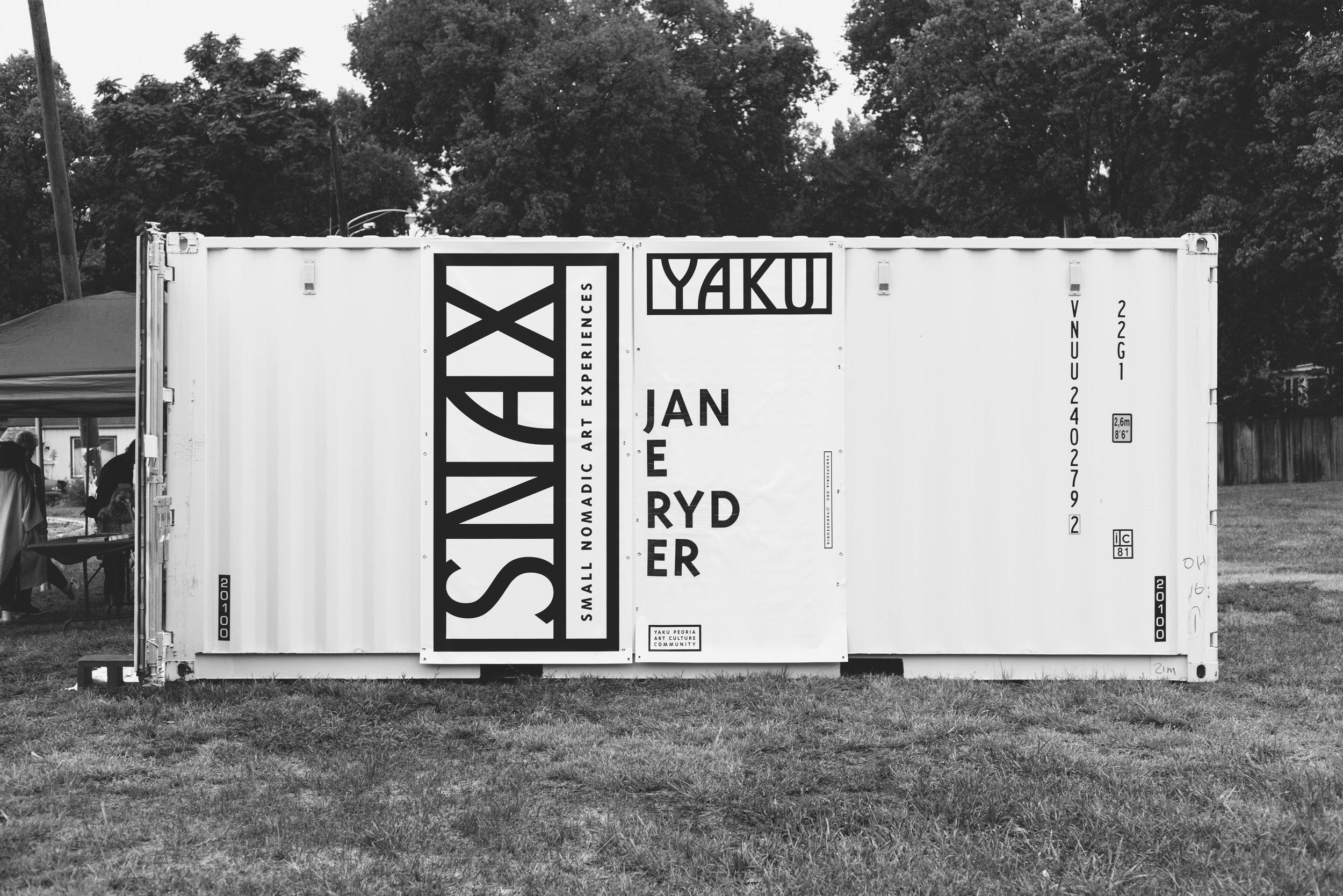SNAX 04 - Pendant une nuit, une partie de Main Street, à Peoria, depuis longtemps oubliée, est brièvement transformée en une galerie pop-up rougeoyante.