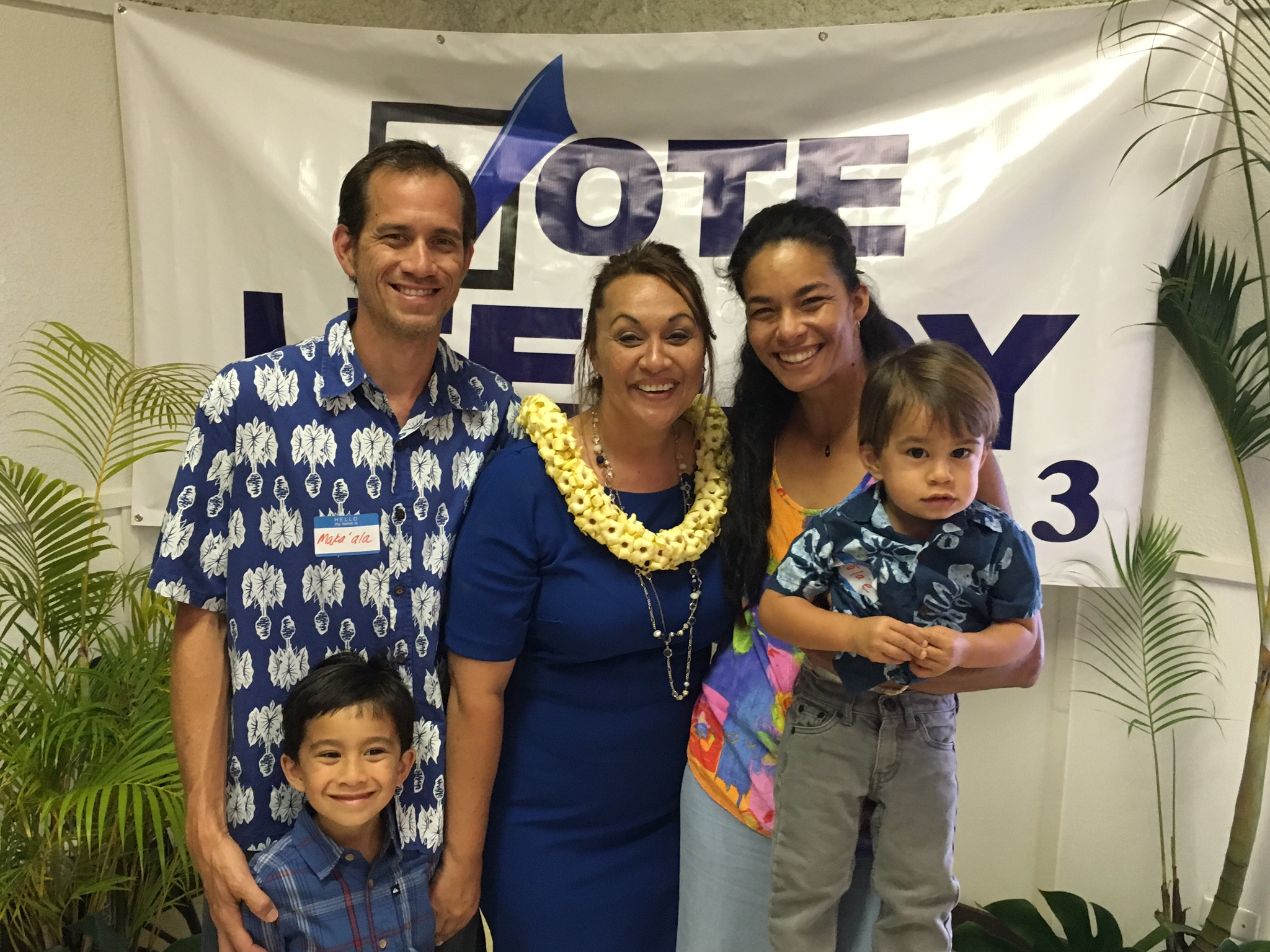 Sue with Lee Loy family members - Makaʻala Rawlins and Justine Kamelamela and their keiki Kaikapu and Malaʻe.