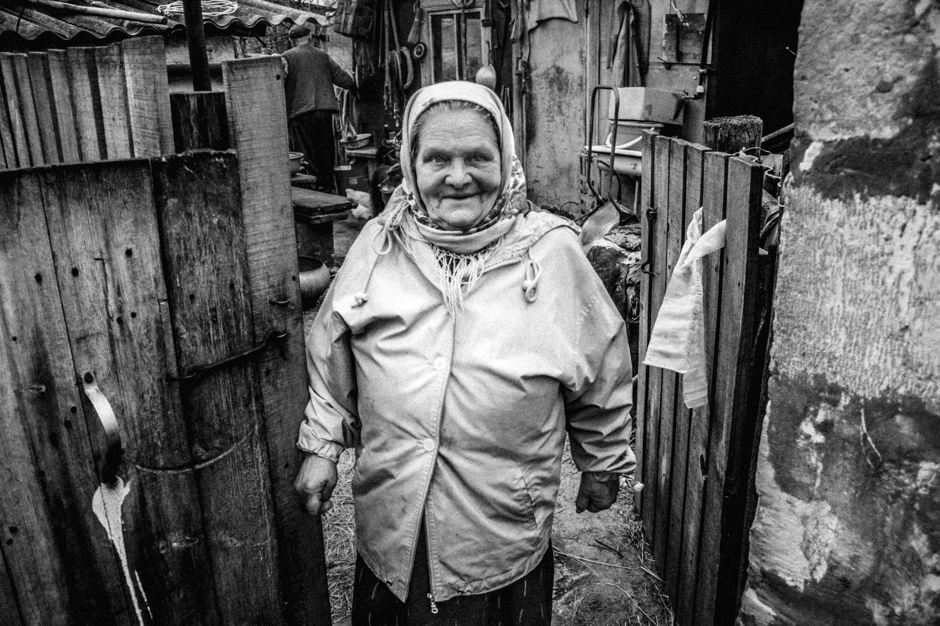 Maria in front of her house © Sam Asaert - 2011.jpg