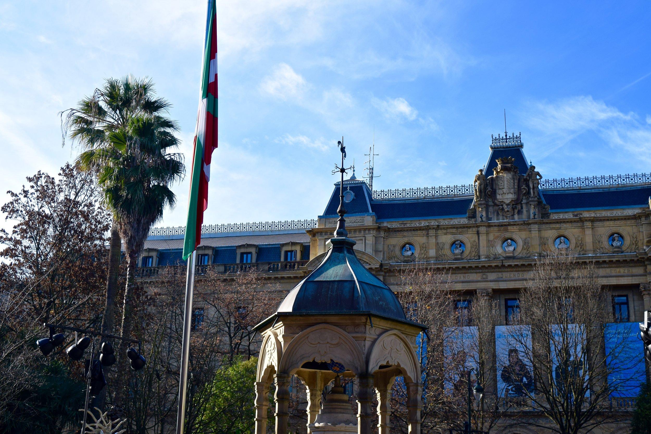 Plaza Guipuzkoa with the Ikurriña (Basque flag)