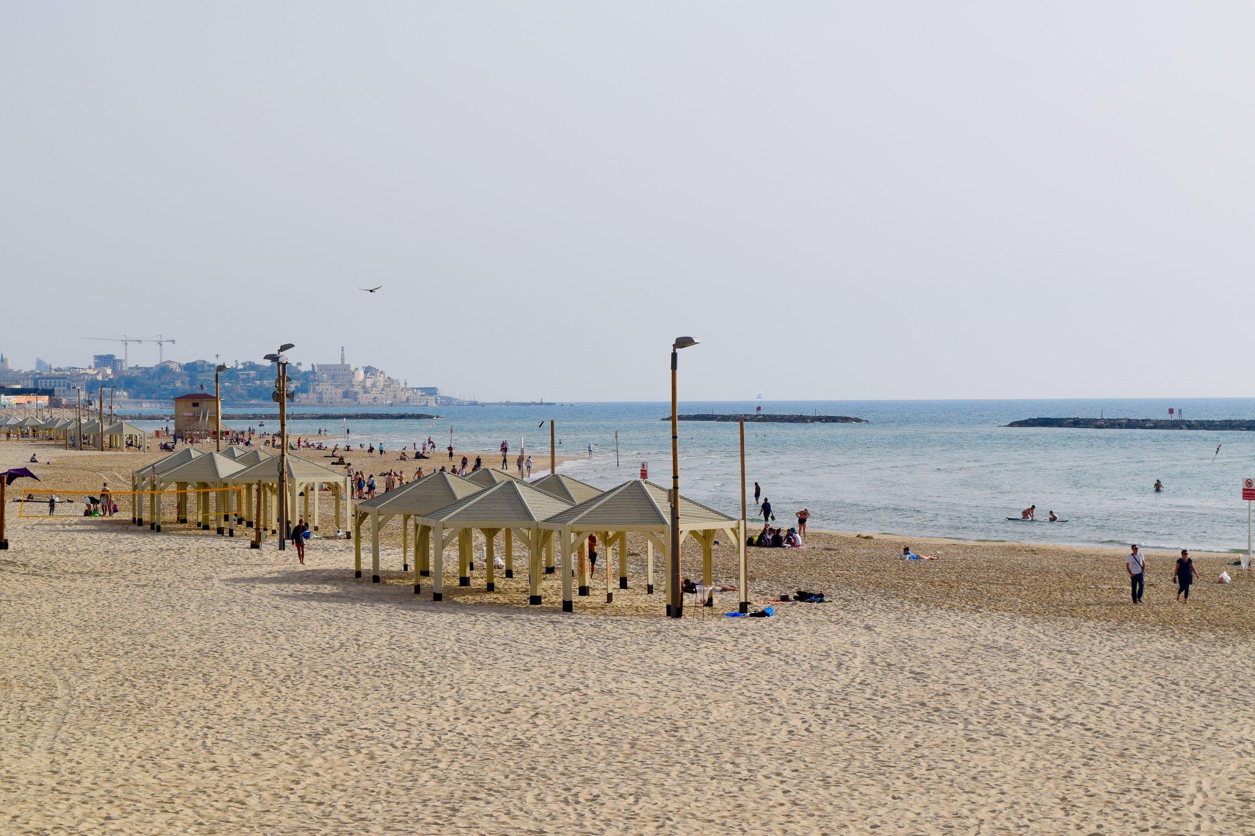 Vistas de la playa de Tel Aviv con Jaffa al fondo
