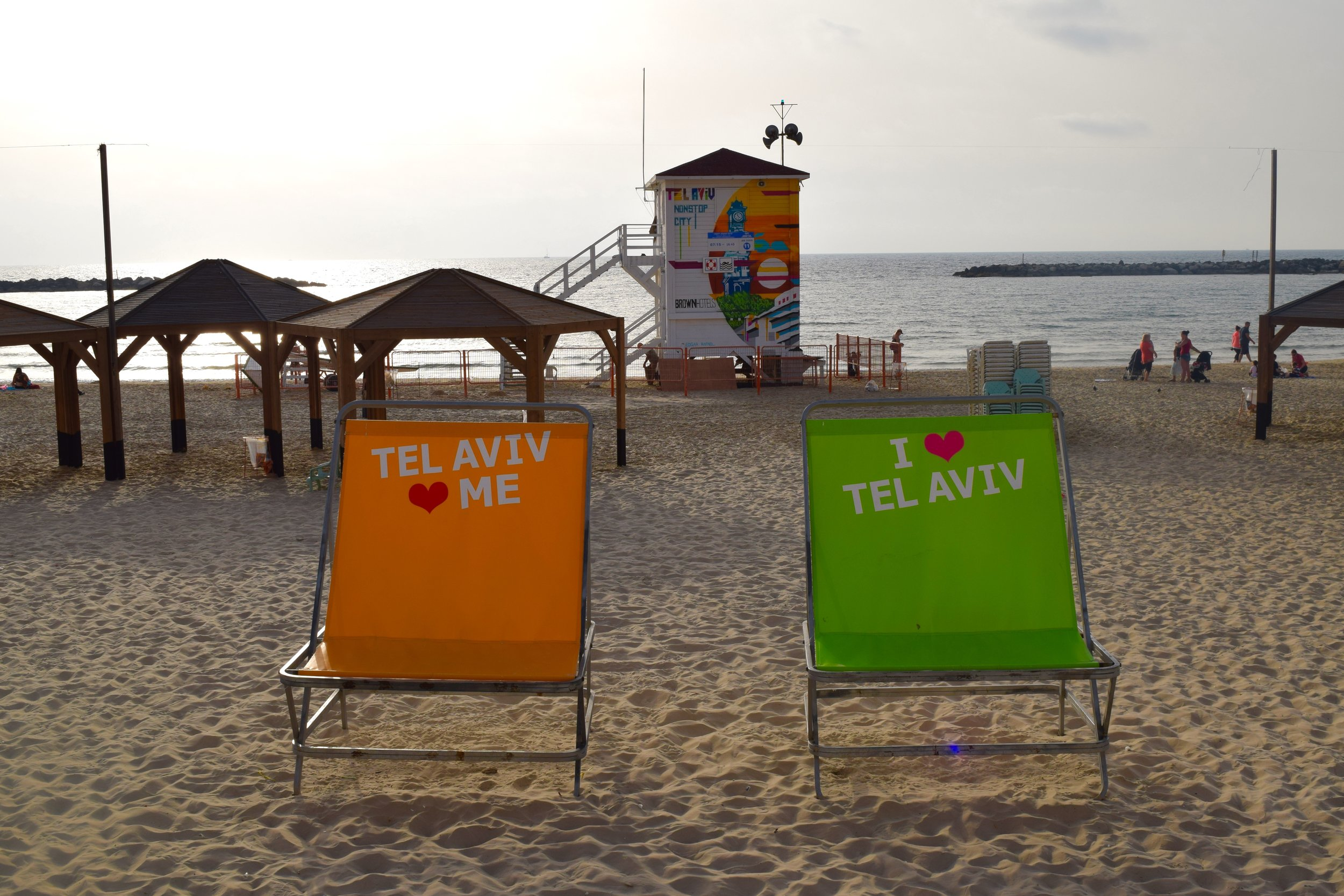Sillas gigantes en la playa de Tel Aviv