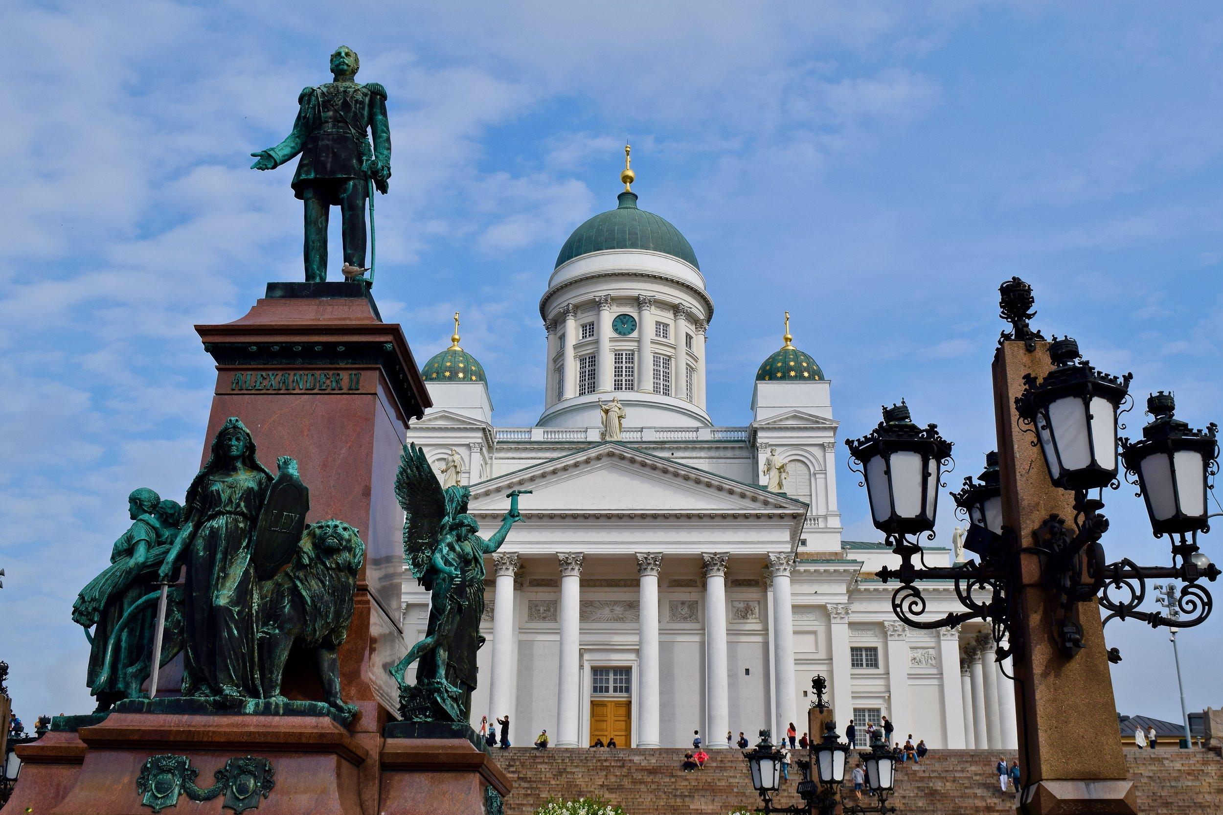 Estatua del Emperador Alejandro II y la Catedral de Helsinki