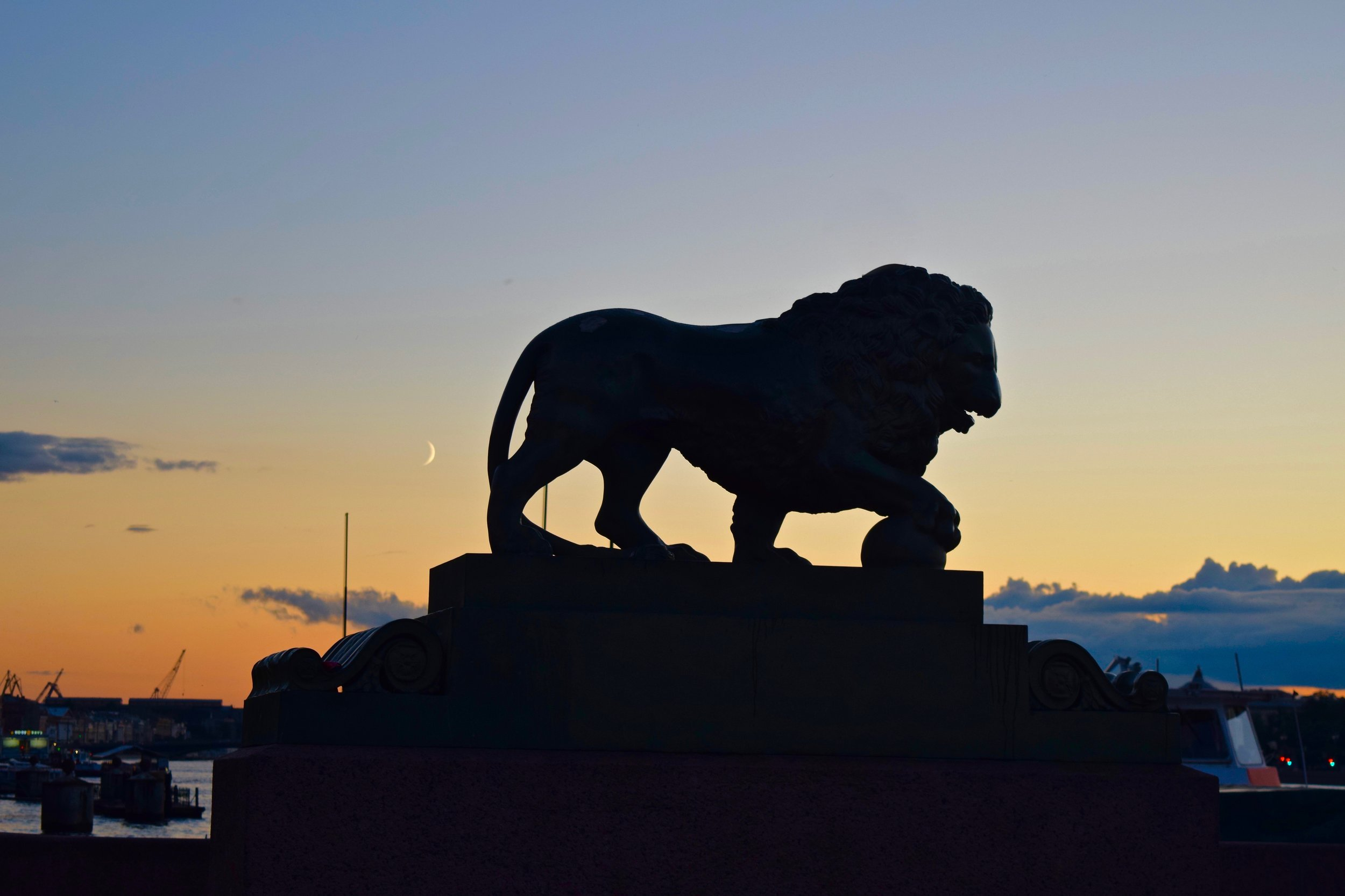 Statue of a lion on Palace Pier