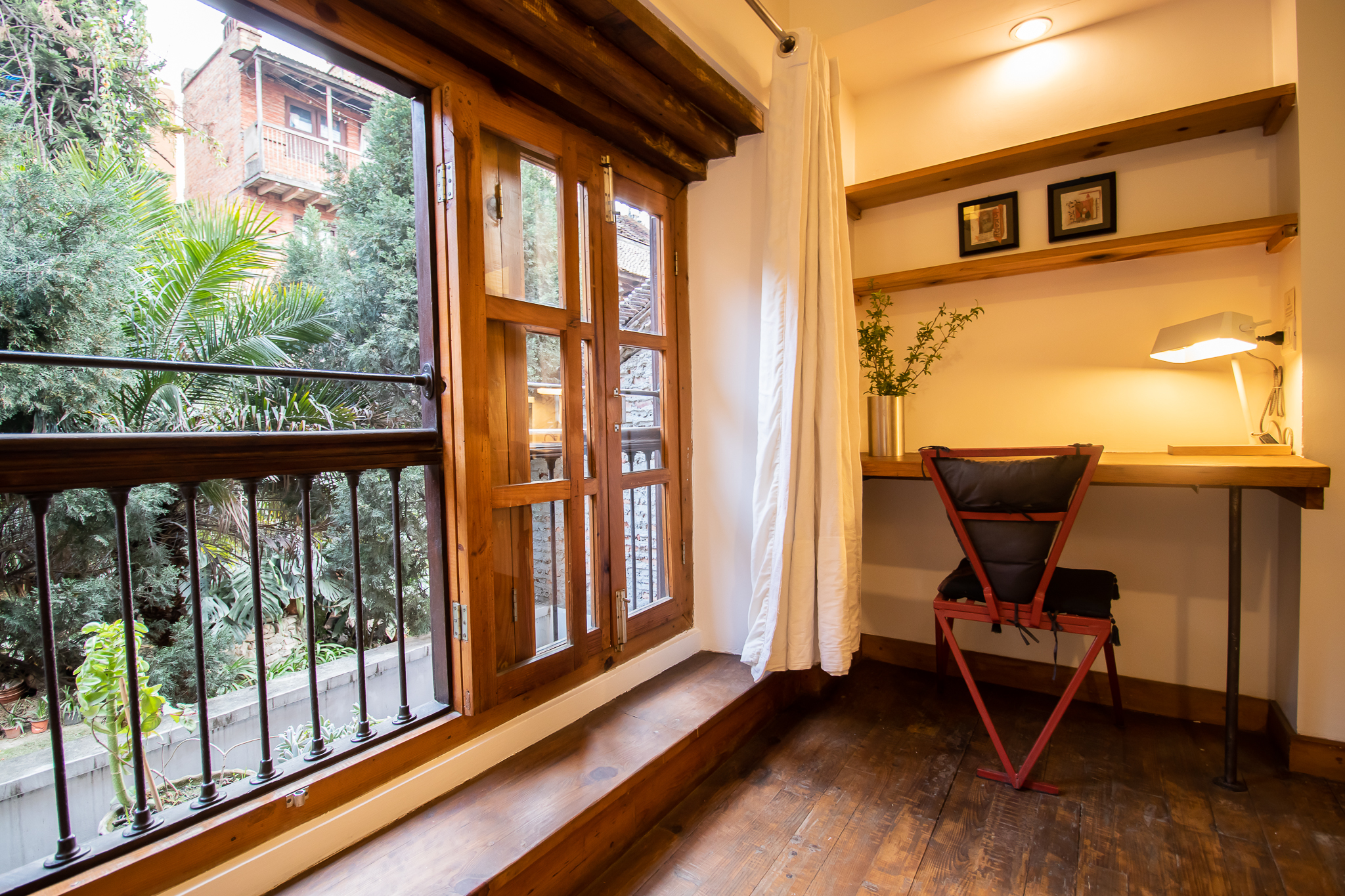 Full lengh window with a direct view over a garden. You feel surrounded by nature
