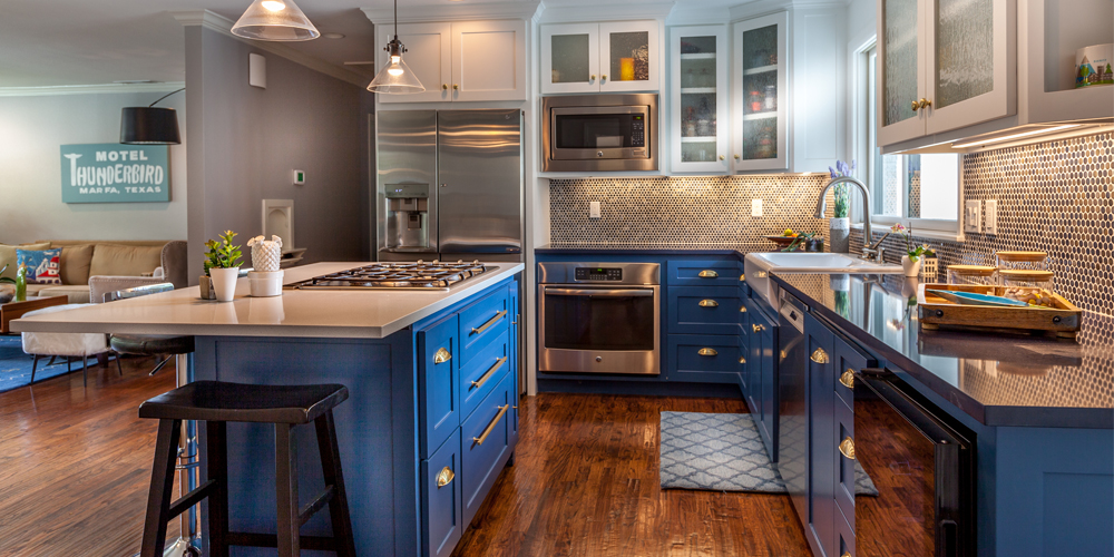 The bottom row cabinets in this kitchen feature all drawers, making it easier for the homeowners to store their belongings without them getting lost behind other items.