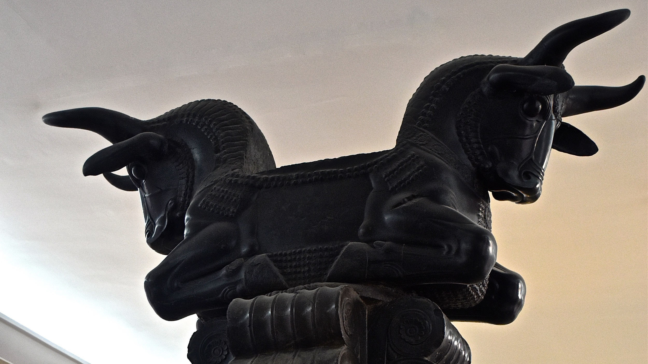 Iran-Tehran-National-Museum-two-bull-standard.jpg