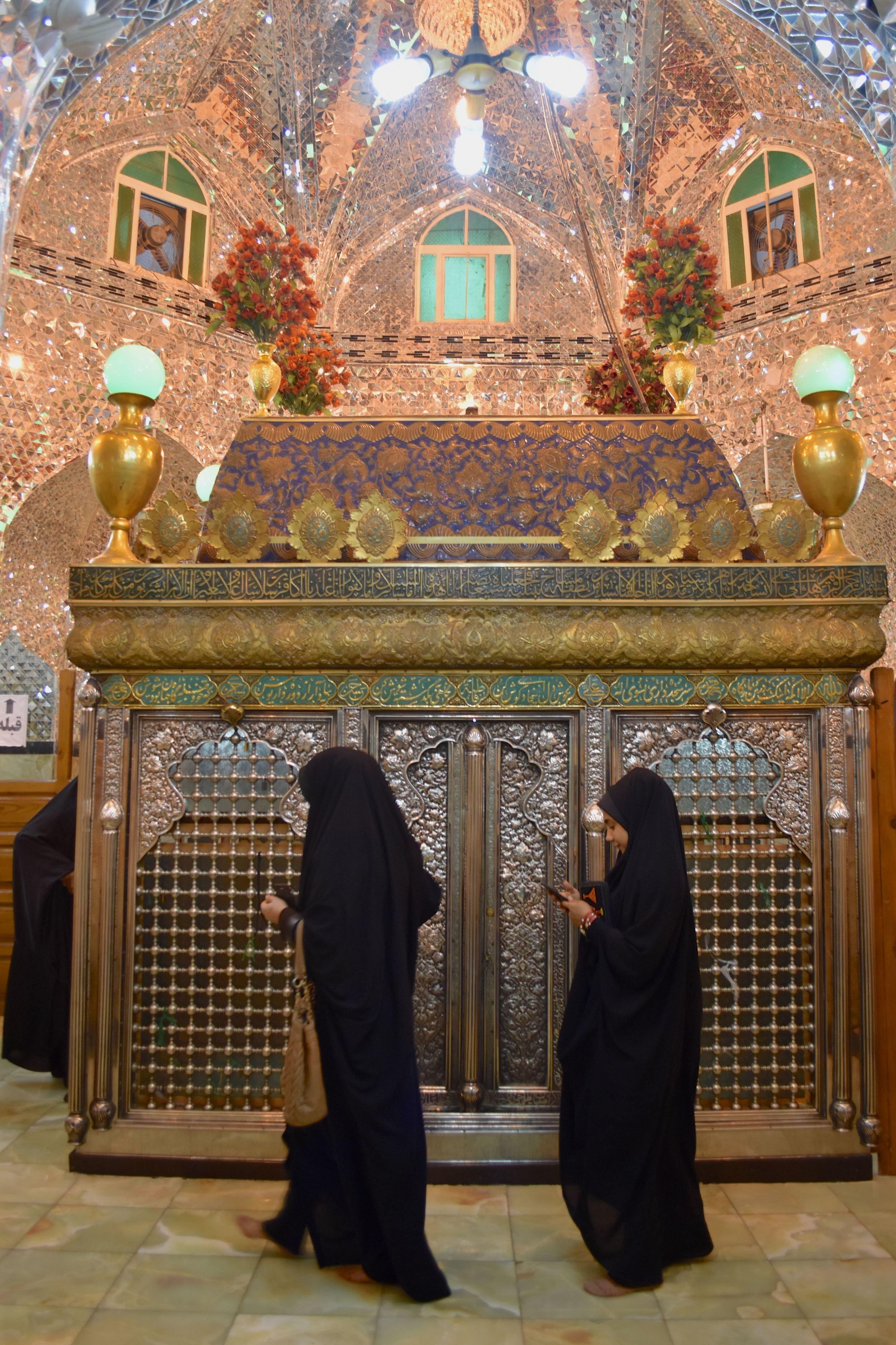 Iran-Daniel's-Tomb-ladies.jpg