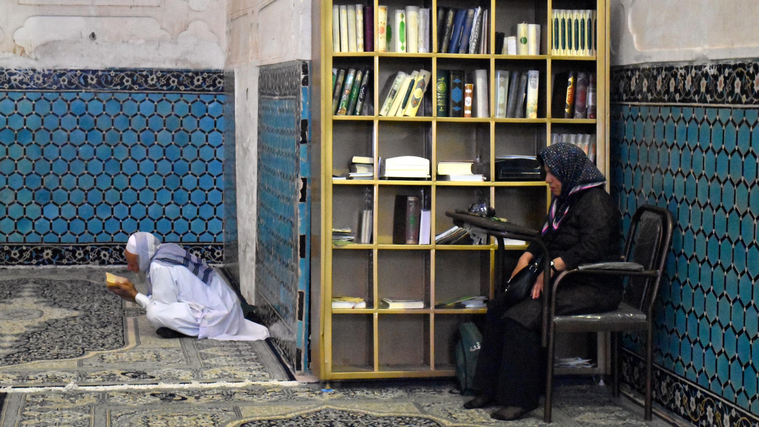Iran-Kerman-Shah-Nematollah-Vali-shrine-pray.jpg