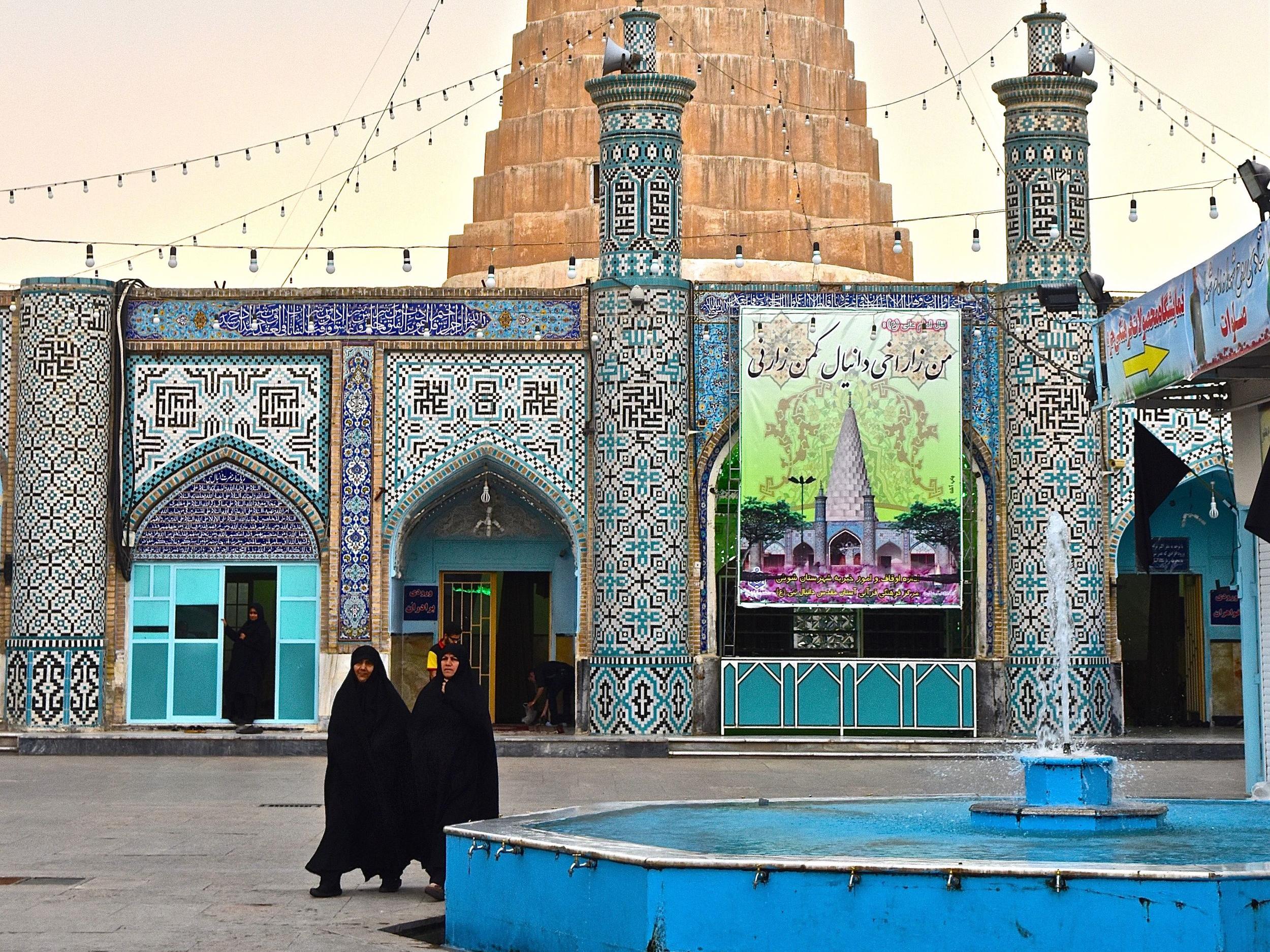 Iran-Daniel's-Tomb-ext-women