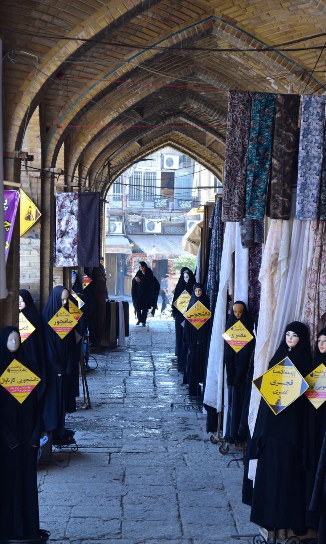 Iran-Esfahan-chador-market
