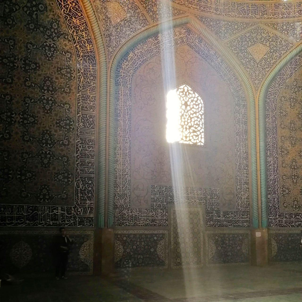 Iran-Esfahan-Sheikh-Lotfollah-light.jpg