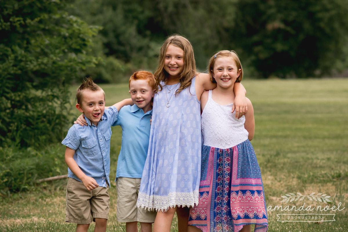 4-siblings-girls-boys-redheads-in-blue-in-field