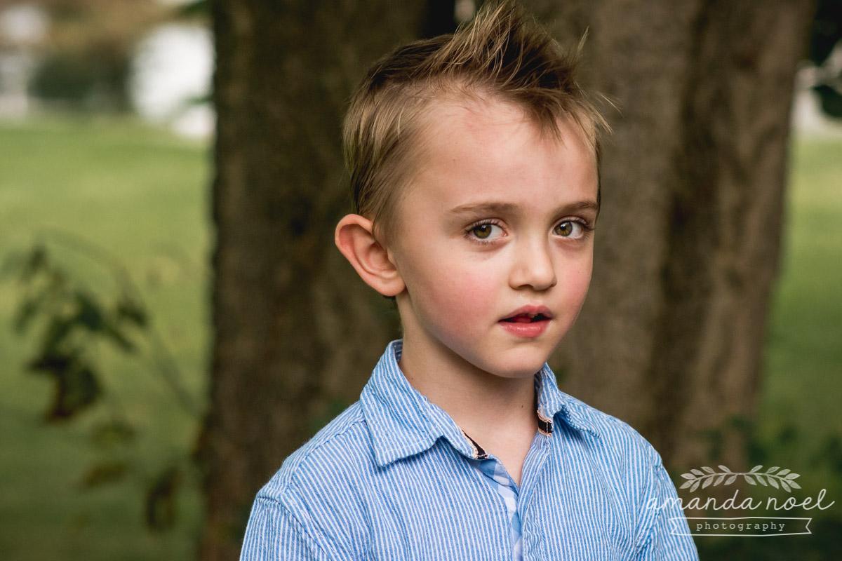 natural-portrait-preschool-boy-in-blue-outside