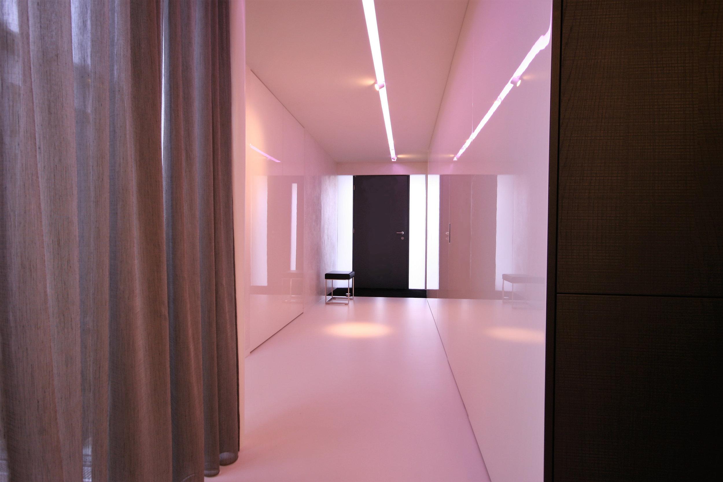 Eingangsbereich mit integrierten Garderobenschränken Klavierlack.jpg