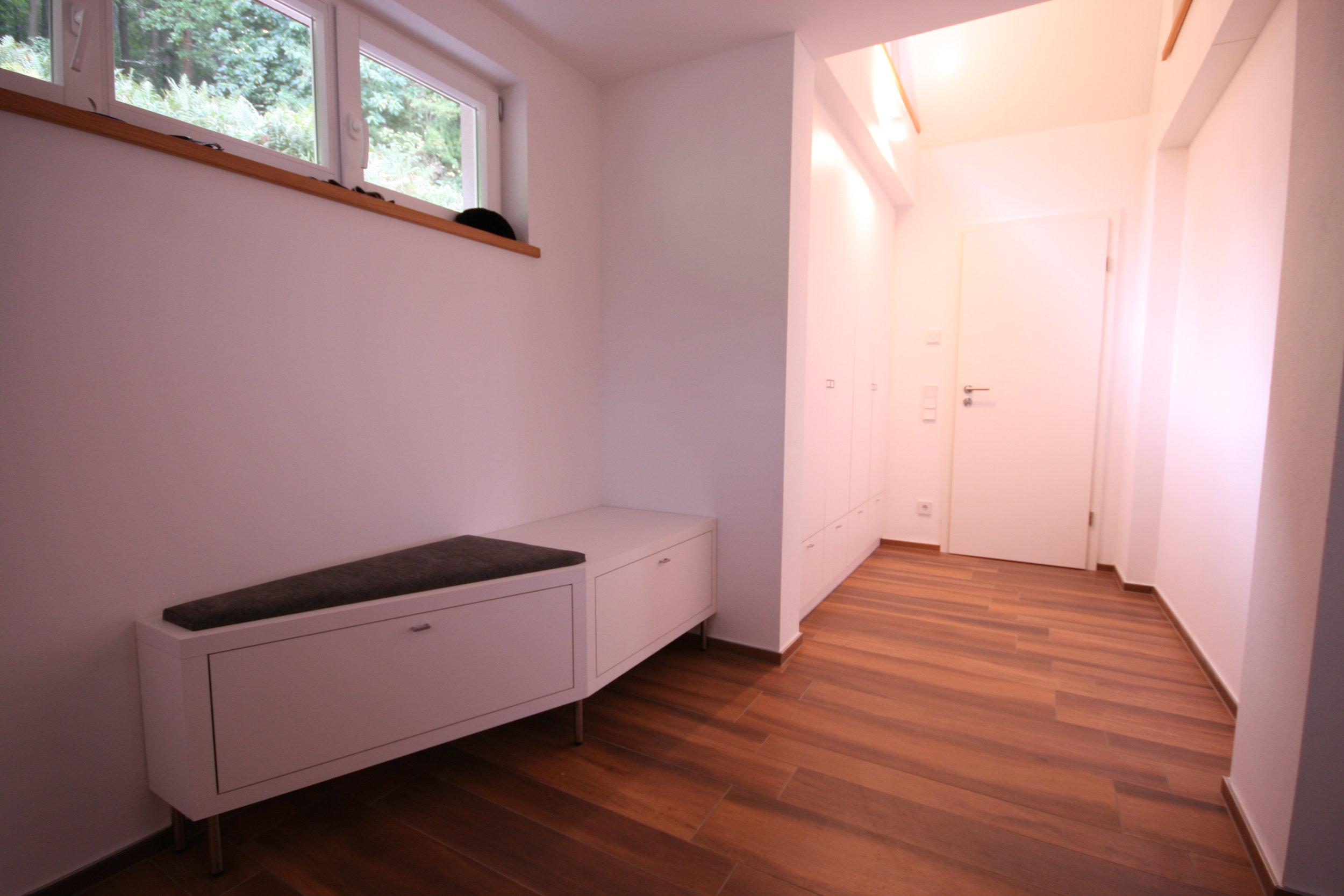 Garderobe in Weiß matt mit Sitzmöbel.JPG