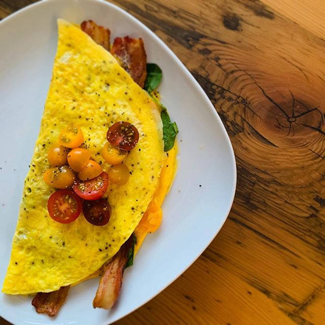 🍳 three egg spinach and bacon omelette... . . . #keto #ketodiet #eggs #breakfast #bacon #spinach #newyear #omelette #lchf #lowcarb #ketorecipes #eatfatlosefat #eatfatbeatfat #diet #weightlossjourney #saturday #weekend #lowcarbhighfat #ketogenicdiet #ketogenic #ketofam #ketosis
