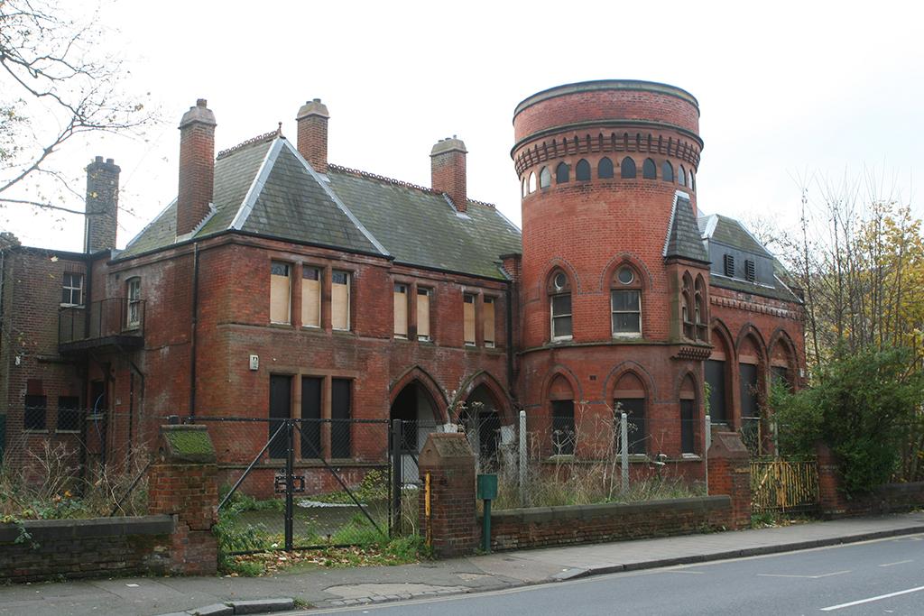 Ladywell Playtower in disrepair.jpg