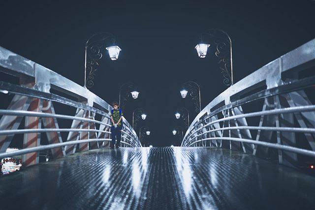 🚶🏽 -  #wonderful_places #discoverglobe #toneception #streetphotography #travel #iamtb #sonya7iii #bealpha #bridge #strangerthings