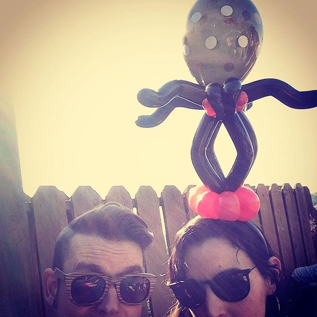 Spider hair band at a mid-week pool party! #niftyballoons #balloonart #balloonsofinstagram #cutegoth