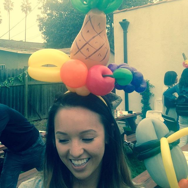Little splash of Carmen Miranda! #balloonart #kidsparty #niftyballoons