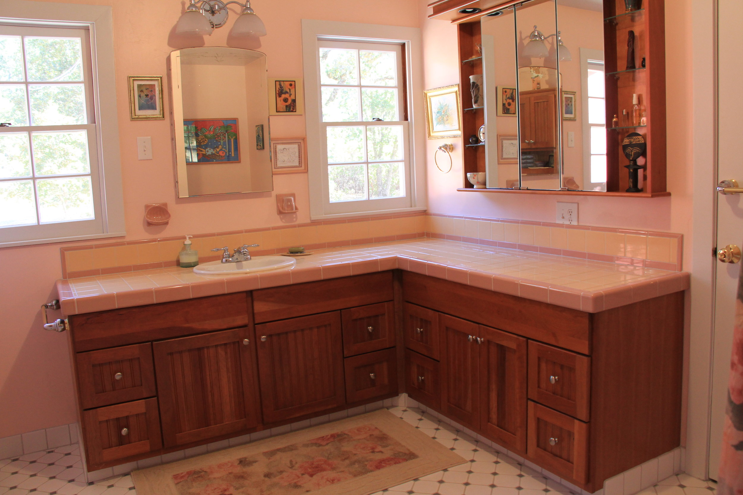 Roomy, bright and squeaky clean Ranch House bathroom