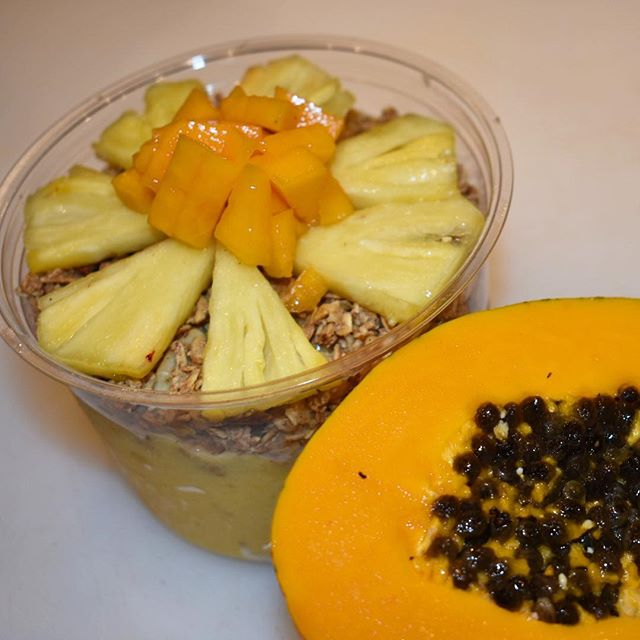 The Paia Sunrise Bowl ☀️Blended banana,mango, orange, and pineapple topped with our amazing maka granola, and fresh local fruits👌🏼 #paiasunrise #makabymana #glutenfree #vegan