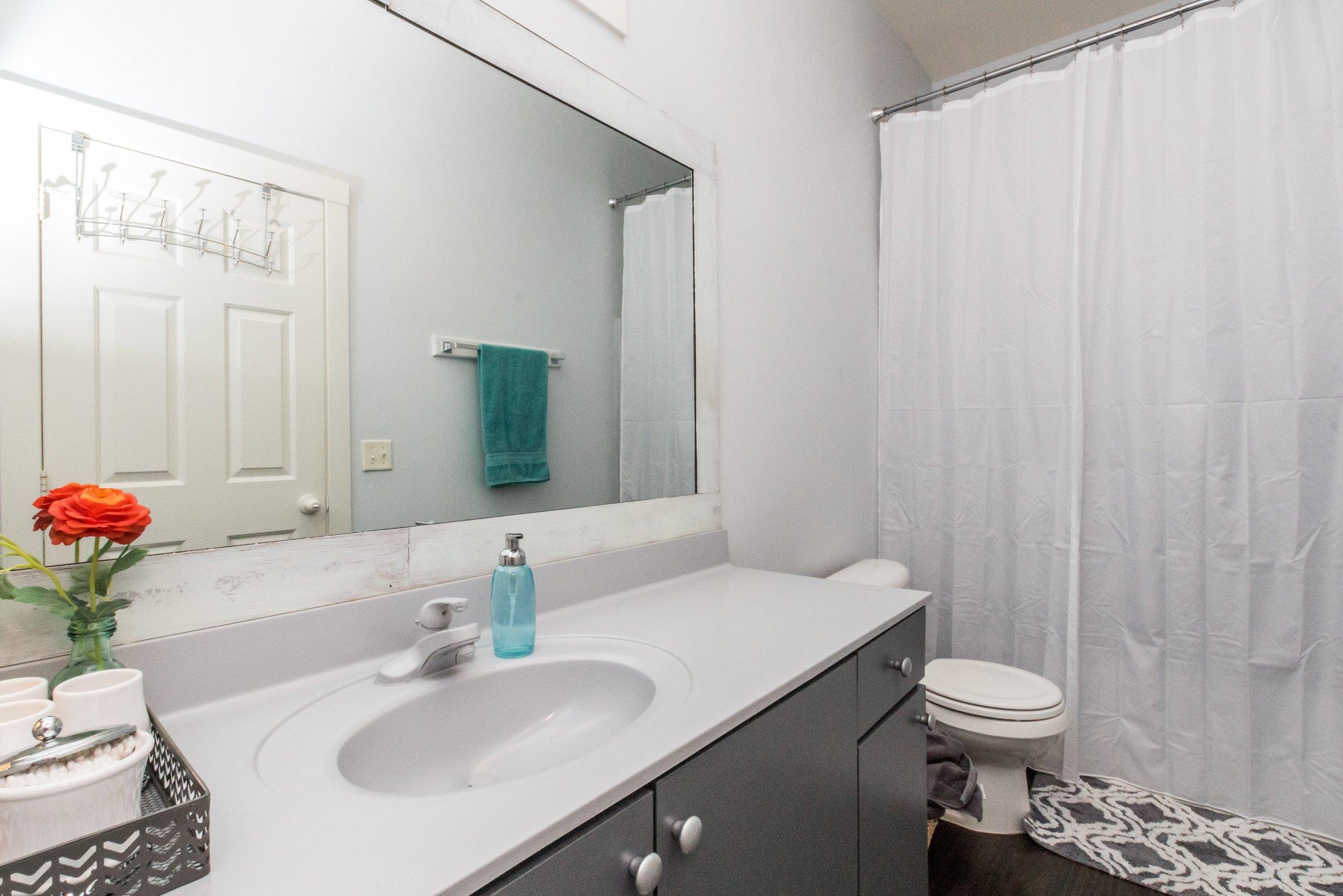 015_ Hallway Full Bathroom.jpg