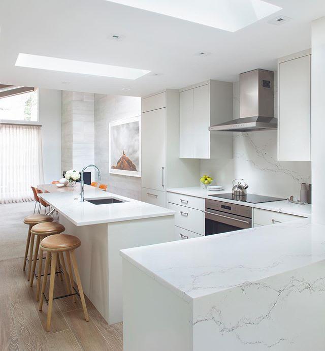 Clean and serene. Photography by @brent_moss_photography . . . . #aspen #aspencolorado #aspeninteriordesign #kitchendesign #interiordesign #interiors #ginaturchininteriors