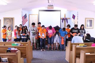 수요예배를 마치고 Helper 에게 기도해주는 시간