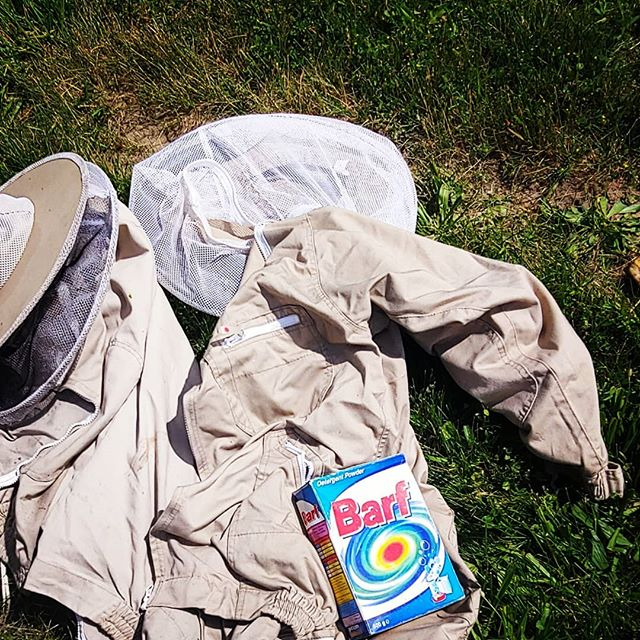 Y'know, the #detergent u use to wash your #beekeeping suit is up to u.  Some of us use #barf. Get the sting and stink out.