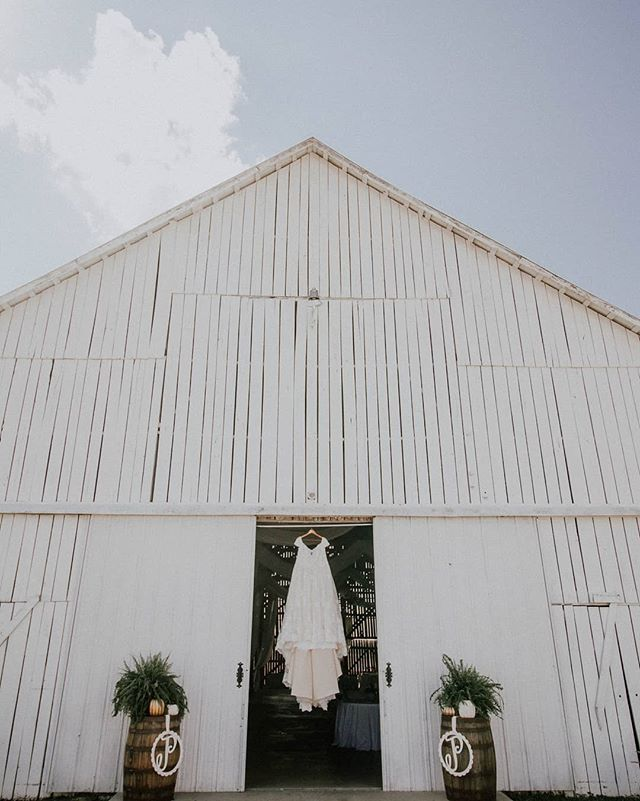 {The Marion Barn}  Everything about this place was awesome. Such a beautiful venue �  #kyproudweddings #allenacoxphotography #acpweddings #kentuckyweddingphotographer #kentuckyphotographer #weddingdress #kentuckybride #whitebarnwedding