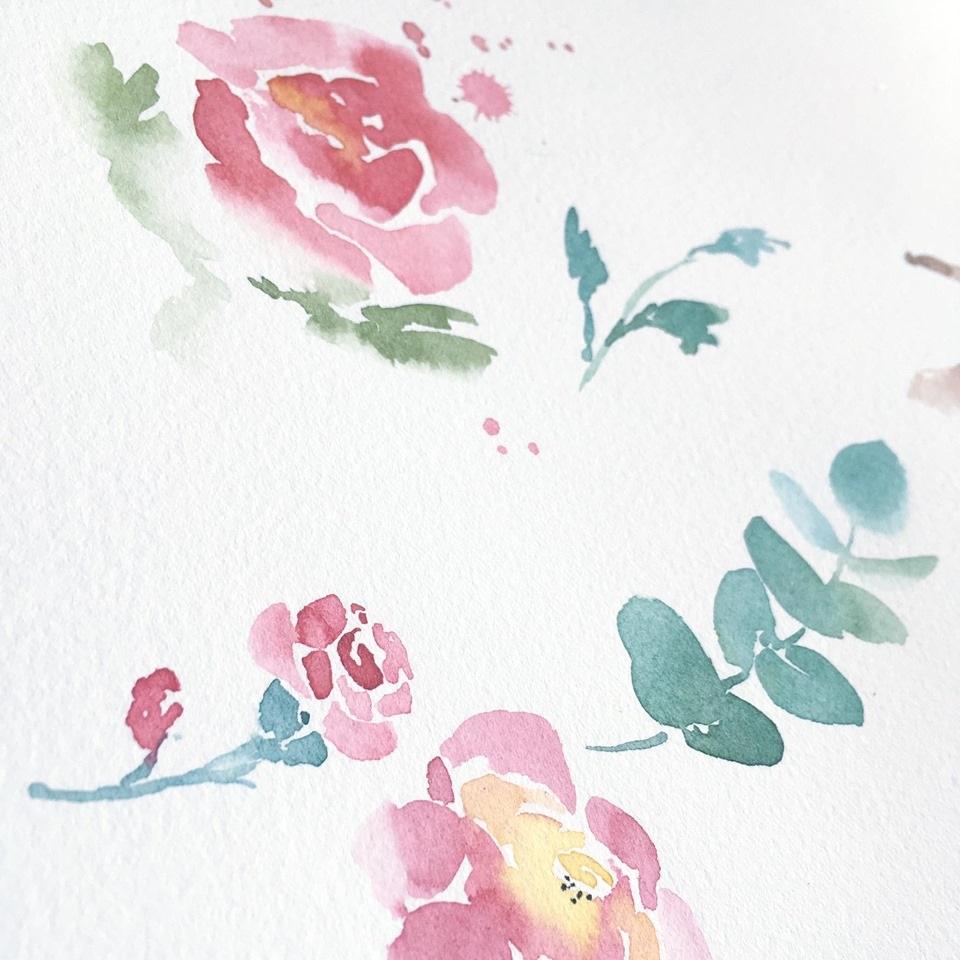 Peinture de fleurs à l'aquarelle, inspiration première pour le motif de tissus exclusif à Mademoizèbre