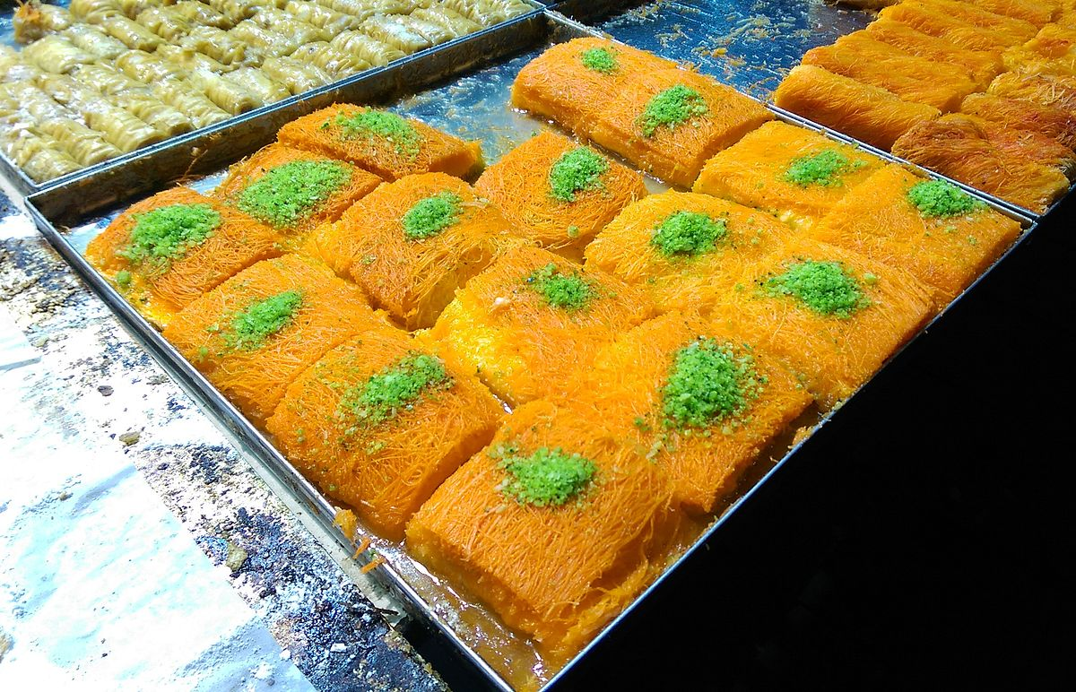 A tray of fresh kanafeh. Photo taken by Maor X, distributed under  CC BY-SA 4.0  license.