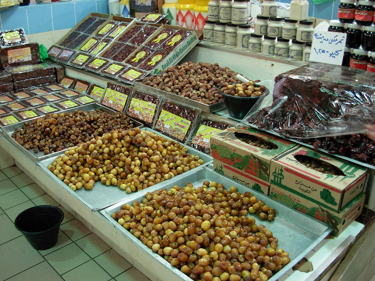 Dates at the market. Photo taken by Noblevmy, distributed under  CC BY 3.0  license.