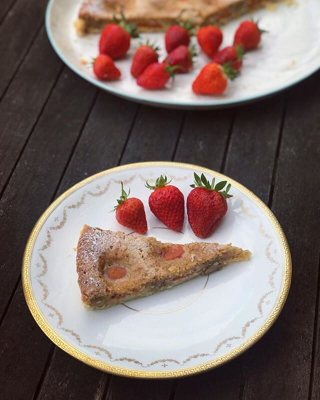 Strawberries go so well with apricot & almond cake ?? #summer