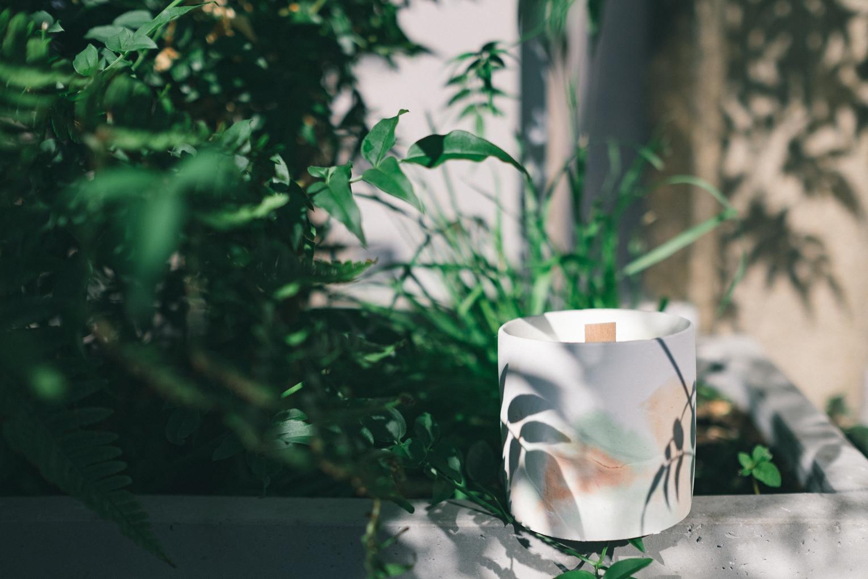 Les bougies qui sentent bon l'été - Les parfums Verveine et Tomate verte ont été pensé pour parfumer vos soirées d'été.