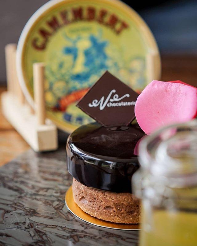 May your day be as lavish as the queen of cakes in our shelf, Cersei Cake . . Stop by, the Queen want to see you now ! . #monksroaster #monkscoffee #monkscoffeeroasters #monkscoffeeshop #kulinermedan #dessertmedan #kopimedan #medantalk #medan #medanolshop #cafemedan #medanhits #snackmedan #jajananmedan