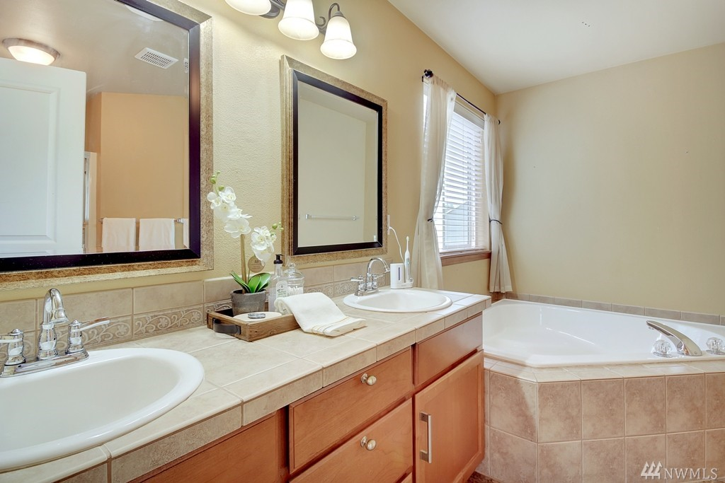 Master Bathroom - Partial Home Staging