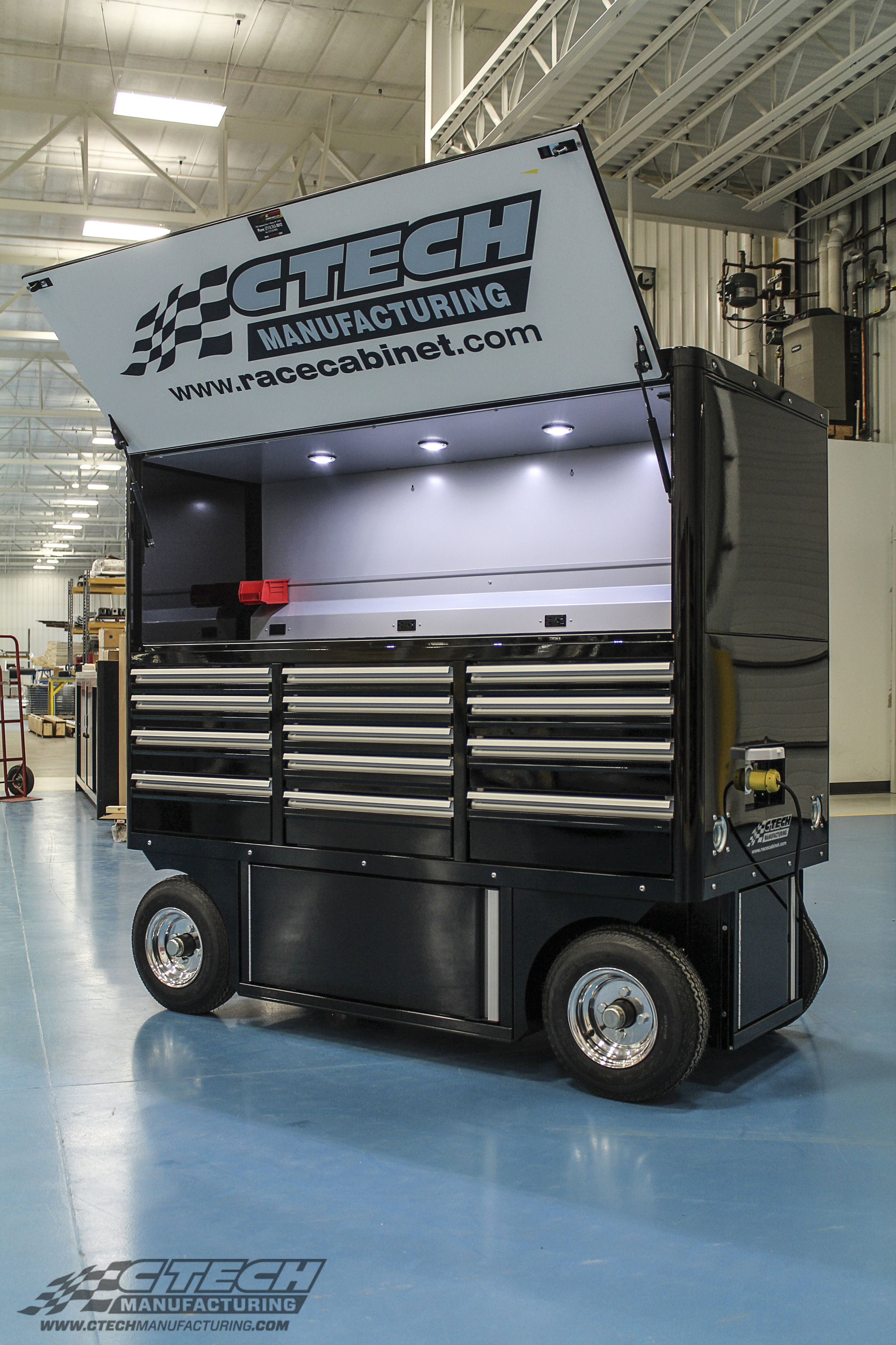 Ship-to-Shore power integration brings state-of-the-art functionality to CTECH Crew Chief Carts. Interior LED lights make sure that the spacious worktop is fully illuminated. Other power and pneumatic distribution options are also available for all carts.