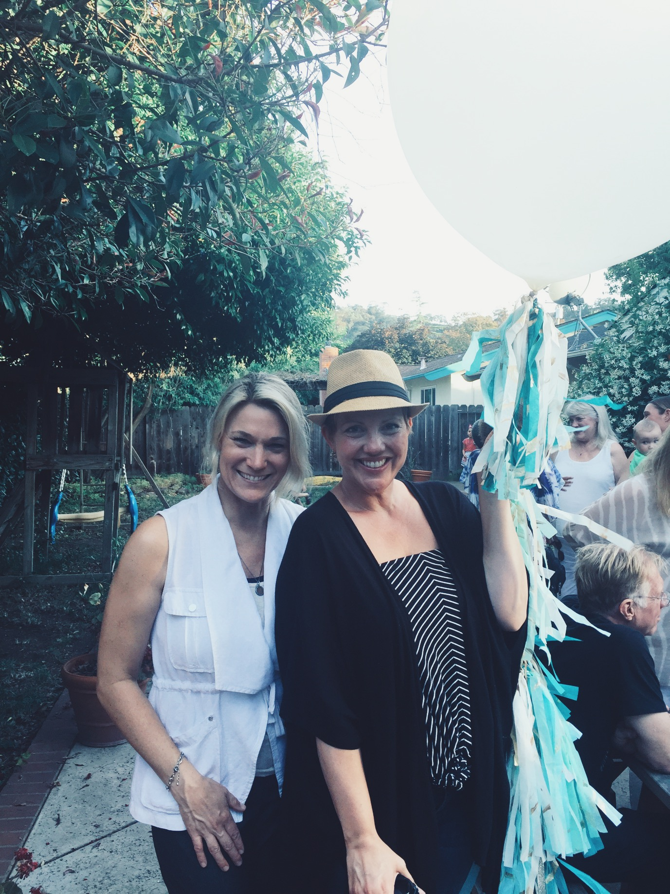 lifted-balloons-giant-balloons-white-icy-blue-matousek-art-celebration-walnutcreek-california