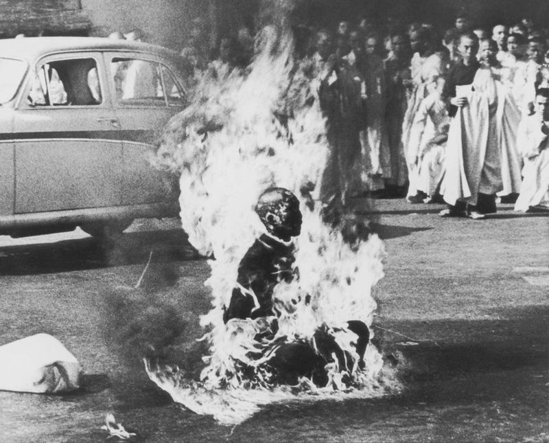 Malcolm Browne, Thich Quang Duc - Self Immolation, 1963   Placement: Qualquer parte do corpo, desde que tenha um tamanho apropriado e suficiente para que o tema possa ser satisfatoriamente explorado. Incluvise Full BodySuite.