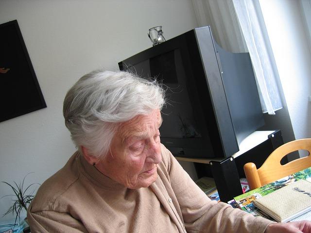 Older woman at desk - grat 640.jpg