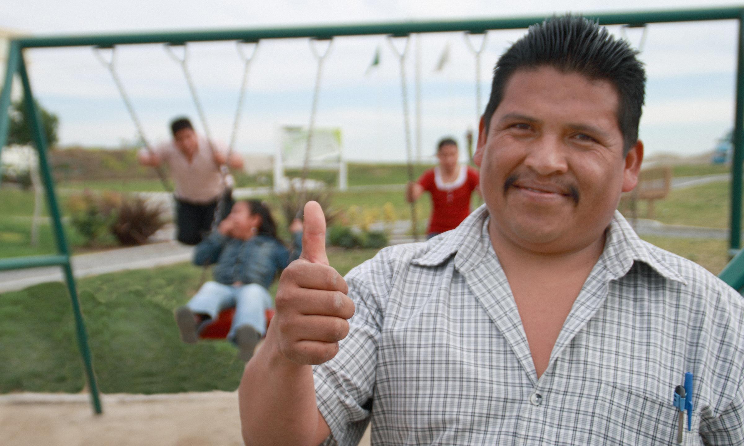 Genaro L. conviviendo con sus hijos en el parque de UrbiVilla del Campo.