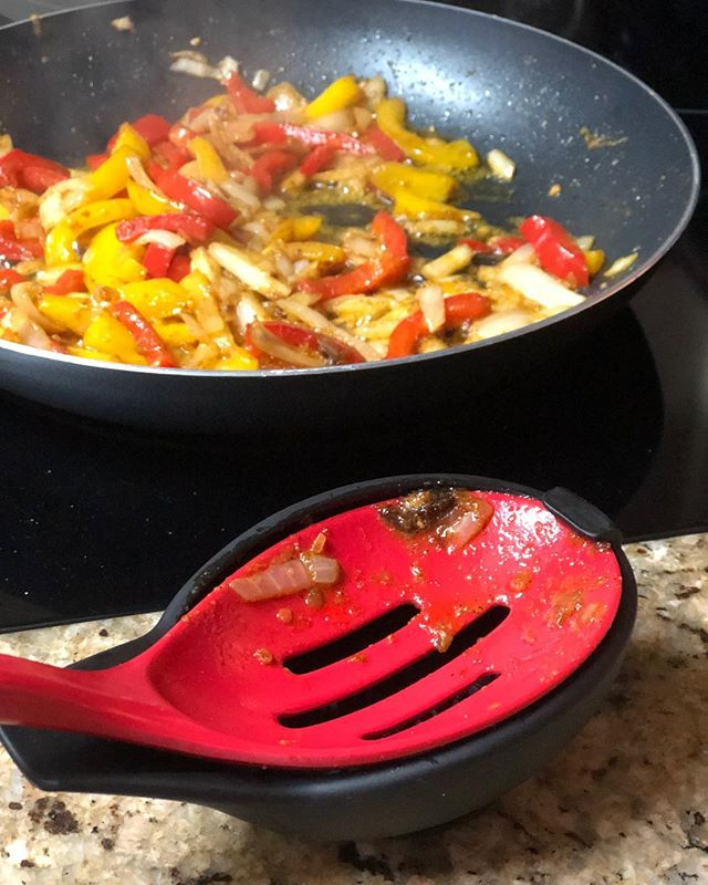 Fajitas come with a lot of flavor and a lot of mess. Contain the mess with the Spoon Buddy! #kitchengadgets #kitchen #cookware #cooking #spoonbuddy #bedbathandbeyond #messykitchen