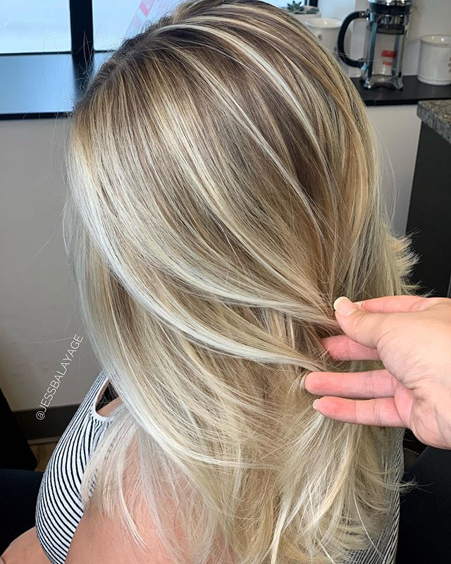 Look at what a classic balayage can do 😍. ➡️➡️➡️ swipe for the before 🙌🏼 my girl was READY for a full classic! Ready to create seamless transformations on your clients? Click the link in my bio! Enrollment for my ONLINE BALAYAGE course is now open! Xo Jess!